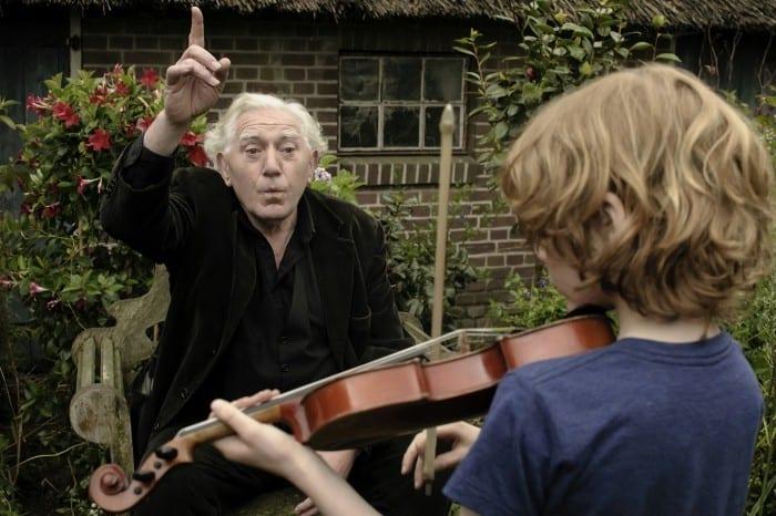 "Finn (Mels van der Hoeven) taking lessons from the ""wizzard"" (Jan Decleir)"